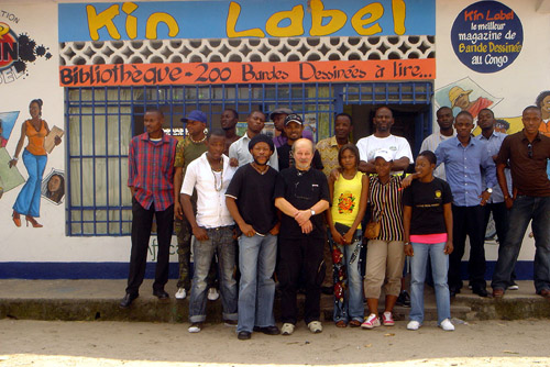 Avec Alain Brezault, quelques uns des dessinateurs de Kin Label. De gauche à droite : Cara Bulaya, Didier Kawendé, Fati Kabuika, Mola Boyika, Yannick Kubozi, Jason Kibiswa, Charlie Tchimpaka, Lepa Mabila Seye, Charlène Makani, Asimba Bathy, Assette Man's, Abelle, Edin, Tshidi'X, Jules Baïsolé, Thino Tshangay dit
